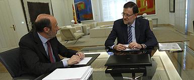 Rubalcaba y Rajoy, líderes de PSOE y PP, durante una reunión en la Moncloa. JUAN MANUEL PRATS