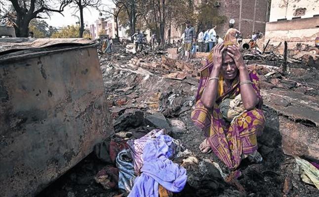 Desesperación 8 Una mujer india llora al comprobar que una bolsa con dinero para la dote de su hija se ha quemado en un incendio en Gurgeon.