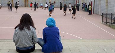 Alumnos del instituto Consell de Cent, en Barcelona, en la hora del patio, el lunes.