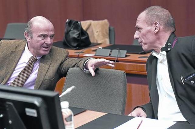 Guindos y Varoufakis, ayer, en Bruselas durante la cumbre del Eurogrupo.