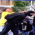 Una madre rega�a a su hijo y se lo lleva a golpes de los disturbios