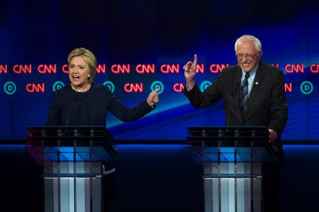 Hillary Clinton y Bernie Sanders, ayer en Flint, durante un momento del debate.