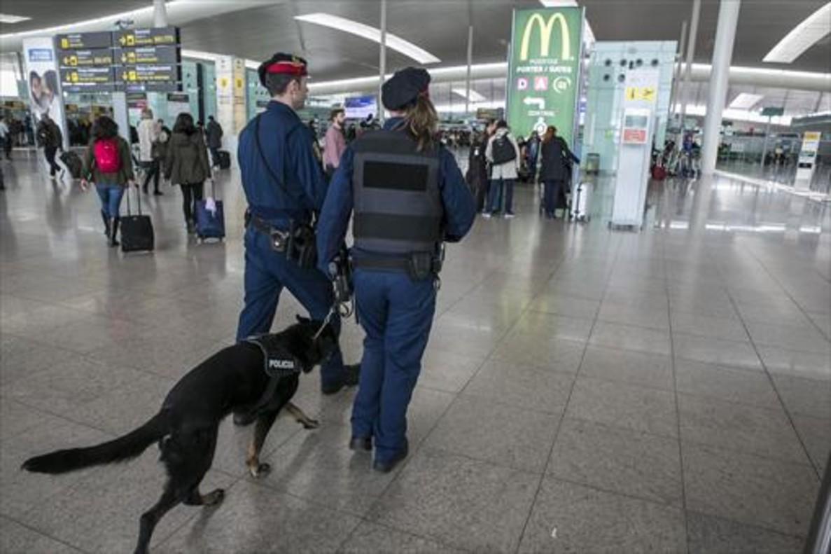 Vigilancia policial en el aeropuerto de Barcelona, ayer.