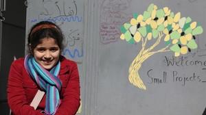 Yasmin Al Robi, una niña refugiada siria de 11 años, frente al centro comunitario El Olivo en Estambul.