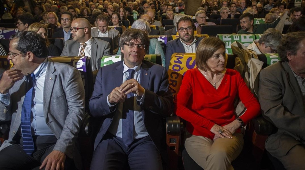 El president Carles Puigdemont y la presidenta del Parlament, Carme Forcadell, en el acto del Pacte Nacional del Referèndum.