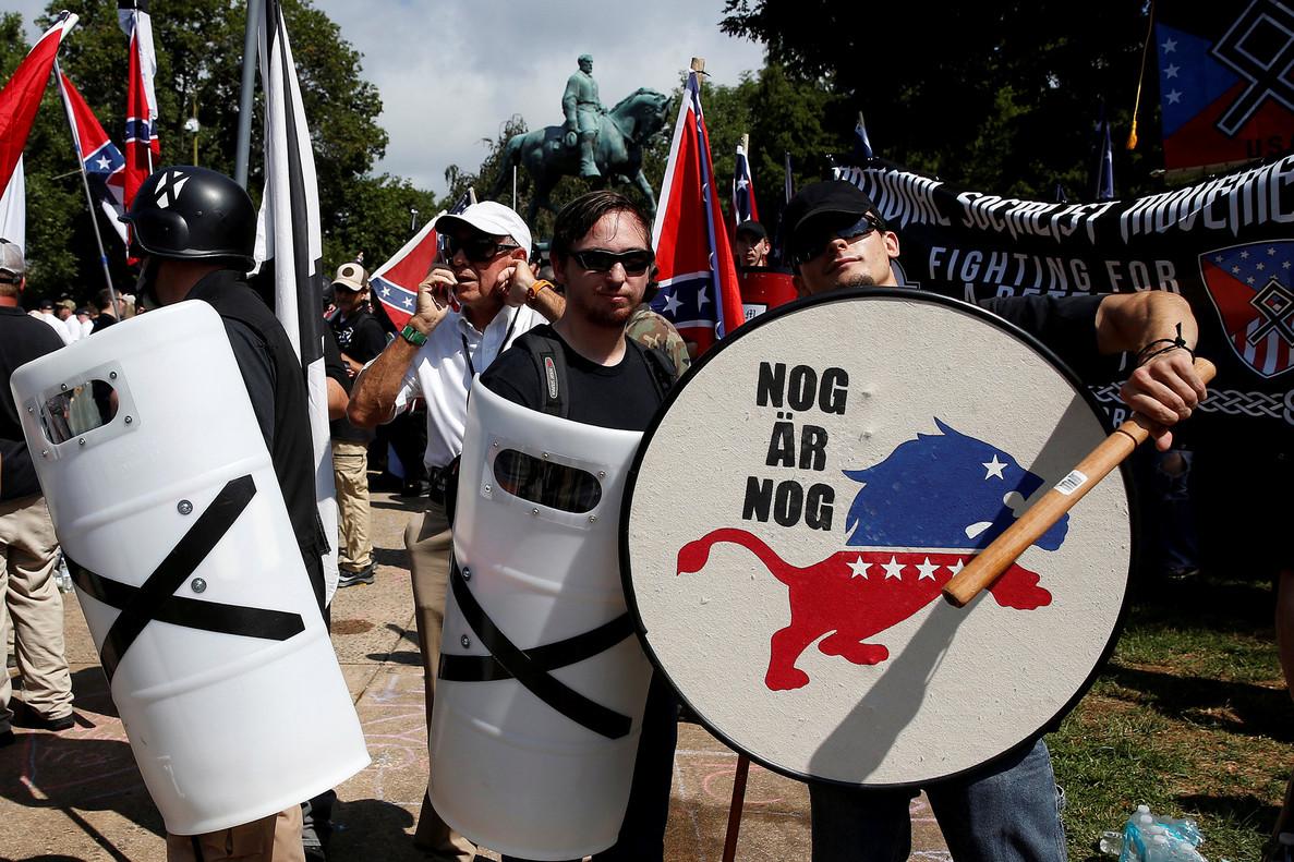Supremacistas blancos, con sus emblemas.