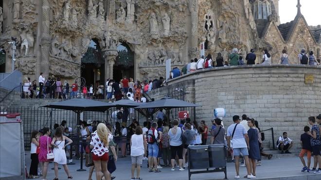 Turistas en las inmediaciones de la Sagrada Familia, ayer por la tarde.