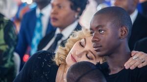 lmmarco39261987 us pop star madonna l rests her head on the shoulder of he170831192957