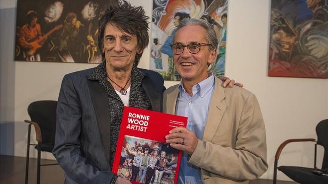 Ron Wood, junto a Emmanuel Guigon, director del Museu Picasso, el lunes, presentando su libro Ronnie Wood Artists.
