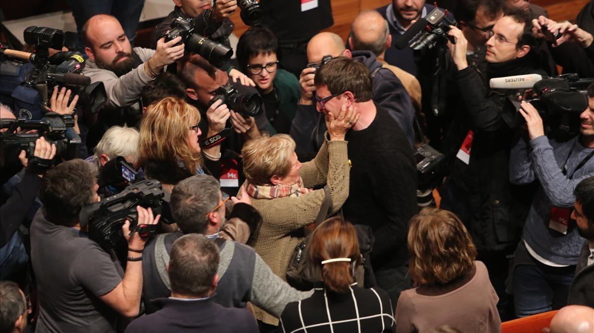 El exconseller Mundó, rodeado de cámaras y simpatizantes.