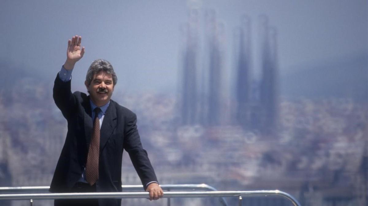 El alcalde Pasqual Maragall posa en eltrampolín de las Piscines Picornell.