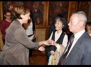 La alcaldesa Ada Colau recibiendo supervivientes de Hiroshima.