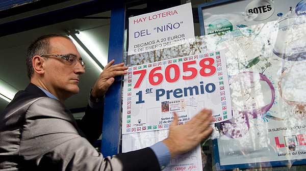 Alegría en la administración de lotería de la rambla de Prim de Barcelona, donde ha caído una parte del Gordo de Navidad.