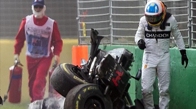 Alonso, tras el accidente de Melbourne.