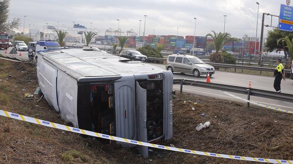 24 ferits al bolcar un autocar a la Ronda Litoral de Barcelona