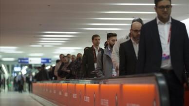 Congresistas del MWC en los accesos del Metro de la L9 en La Fira de Barcelona.