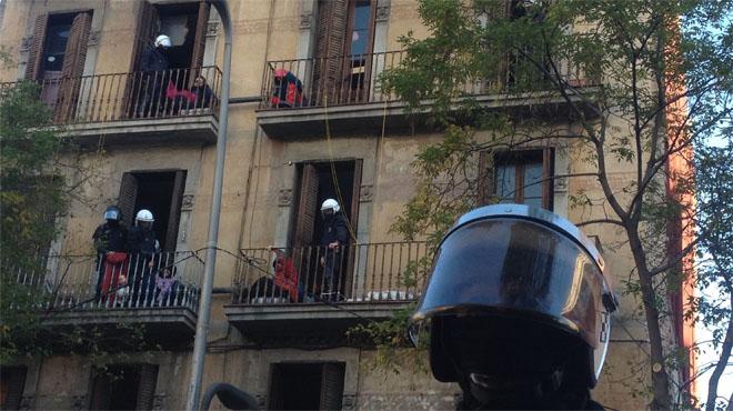 Desalojo de una finca okupada en la calle de Creu Coberta.