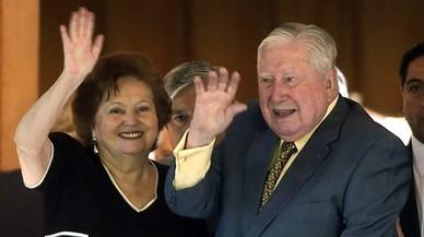 El ex dictador chileno Augusto Pinochet Ugarte d junto a su esposa Lucia Hriart i saluda hoy sabado 25 de noviembre en el dia de su 91 cumpleaños en el 2006.