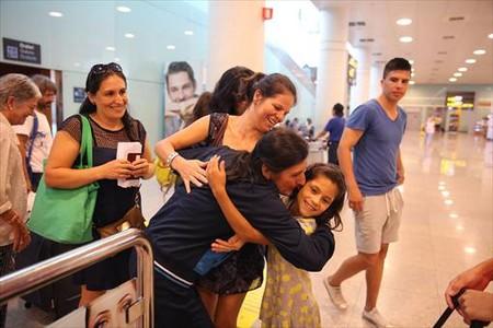 Em�rita L�pez se re�ne con su familia procedente de Bogot�, en el vuelo de Avianca que lleg� sin su equipaje.