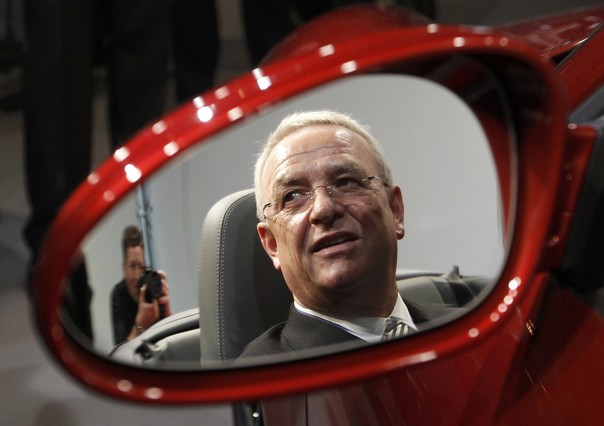 Volkswagen y sus trucos File-photo-volkswagen-ags-ceo-winterkorn-reflected-mirror-sits-porsche-911-carrera-sports-car-after-the-companys-annual-news-conference-stuttgart-1443022189494.jpg?_ga=1.120560193.813245634
