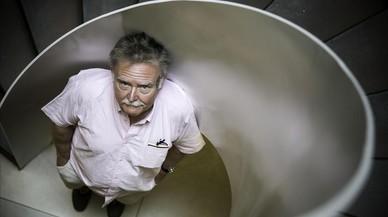 Glen Baxter, este jueves en Barcelona, donde ha inaugurado la nueva colección gráfica de Anagrama.