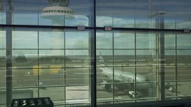 Dos niñas vietnamitas pasan solas varios días en el aeropuerto de El Prat