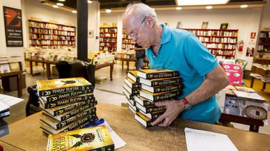 Josep Cots desembala los libros de 'Harry Potter y el legado maldito' en la librer�a Documenta.