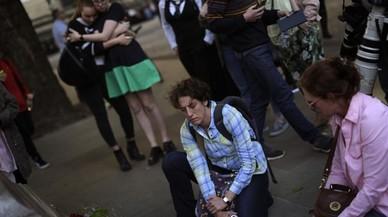 Jóvenes depositan flores en Albert Square tras el atentado en el concierto de Ariana Grande en Manchester, Inglaterra.