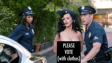 Katy Perry se quita la ropa para pedir el voto de Hilary.