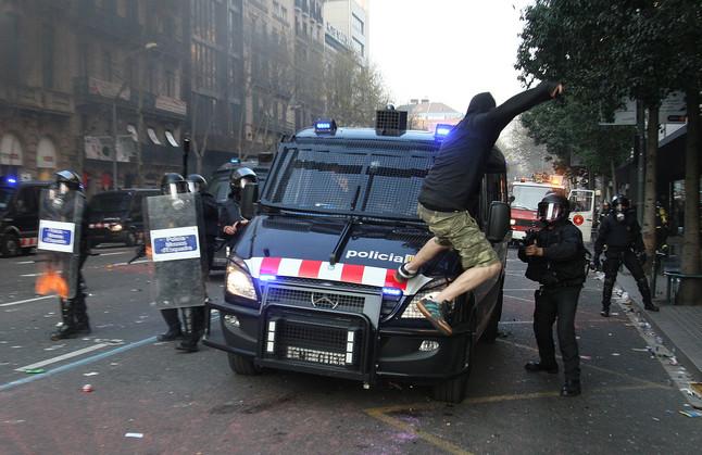 Un manifestante golpea un furgón de los mossos después de la manifestación contra la reforma laboral el 14-N, día de la huelga general.