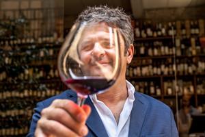 El bodeguero Álvaro Palacios, con su vino más reconocido, el míticoL'Ermita.
