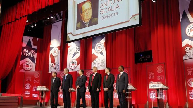 Minuto de silencio de los candidatospor Antonin Scalia en el Debate Presidencial Republicano en Greenville, California del Sur.