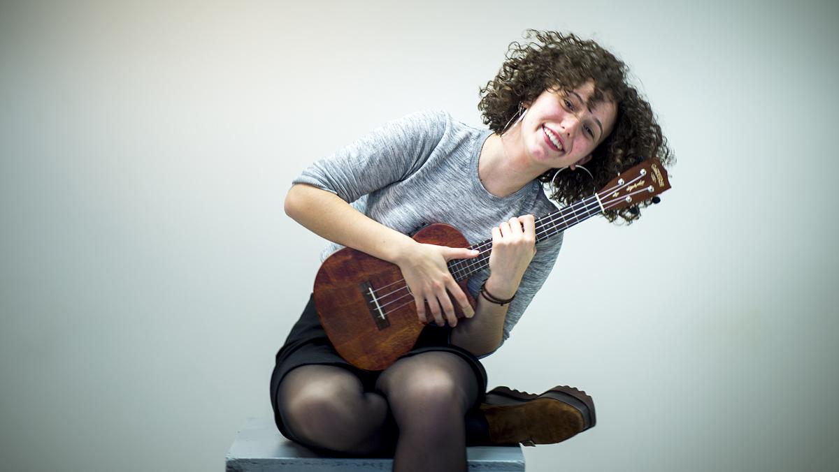 Paula Valls interpreta amb el seu ukelele 'Get away' en acústic.