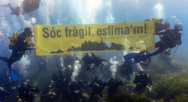 Protesta submarina d'uns 70 bussejadors per la preservació de les Illes Formigues