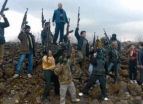 Desertores sirios durante una protesta contra Asad cerca de Idlib, el domingo.