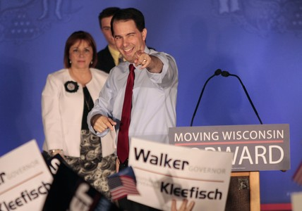 El gobernador Scott Walker celebra su victoria en la consulta de Wisconsin, el martes. 