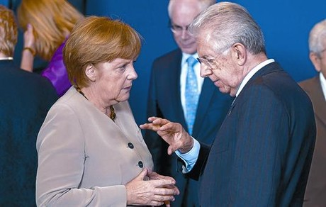 Angela Merkel escucha con atencin a Mario Monti, ayer.