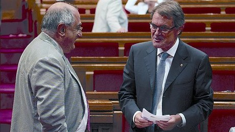 El socialista Joaquim Nadal conversa con el president, Artur Mas.