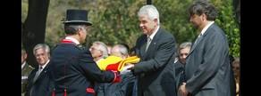 El entonces presidente de la Generalitat Pasqual Maragall entrega la 'senyera' en la Diada, en el 2004.