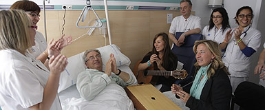 El enfermo Jos Lao recibe una sesin de musicoterapia en el Hospital de L'Esperana. LVARO MONGE