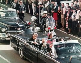 John F. Kennedy, en el coche presidencial poco antes de ser asesinado en Dallas.