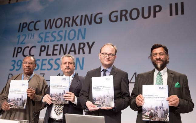 Los expertos del IPCC Youba Sokona; Ramon Pichs Madruga; Ottmar Edenhofer y Rajendra Pachauri muestran el informe sobre el cambio climático