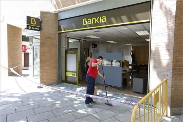 Destrosses a la sucursal de Bankia, lendemà dels disturbis, després de la manifestació de Can Vies al barri de Sants.