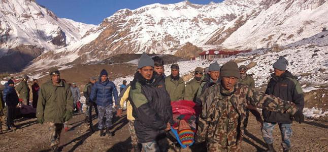 Los equipos de rescate llevan a uno de los heridos por el accidente en el Annapurna.
