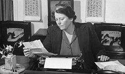 Pearl S. Buck en su despacho de Green Hills Farm hacia 1942, contestando a las cartas de sus lectores.