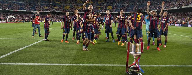 Los jugadores del Bar�a ofrecen la Copa del Rey a la afici�n azulgrana en el Camp Nou.