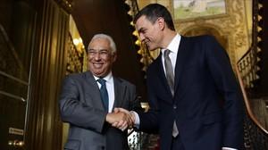Pedro Sánchez saluda al primer ministro António Costa en la sede central de los socialistas portugueses en Lisboa, este jueves.