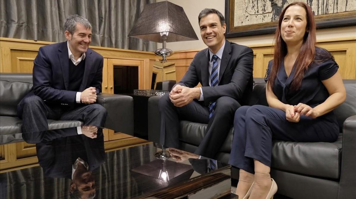 Pedro Sánchez con el presidente y la vicepresidenta de Canarias.