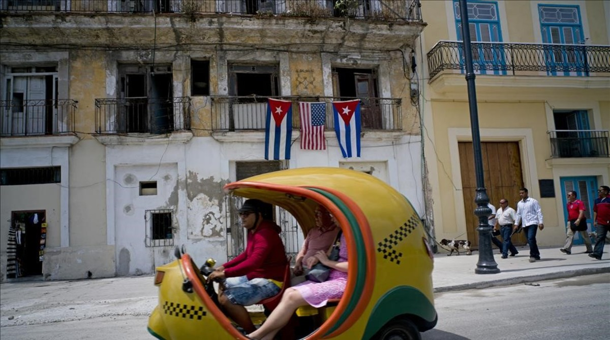 Una típica moto-taxi cubana por las calles de La Habana.