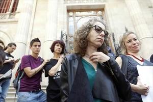 Ester Quintana y su abogada, Laia Serra (derecha), saliendo de la Audiencia de Barcelona con la sentencia.